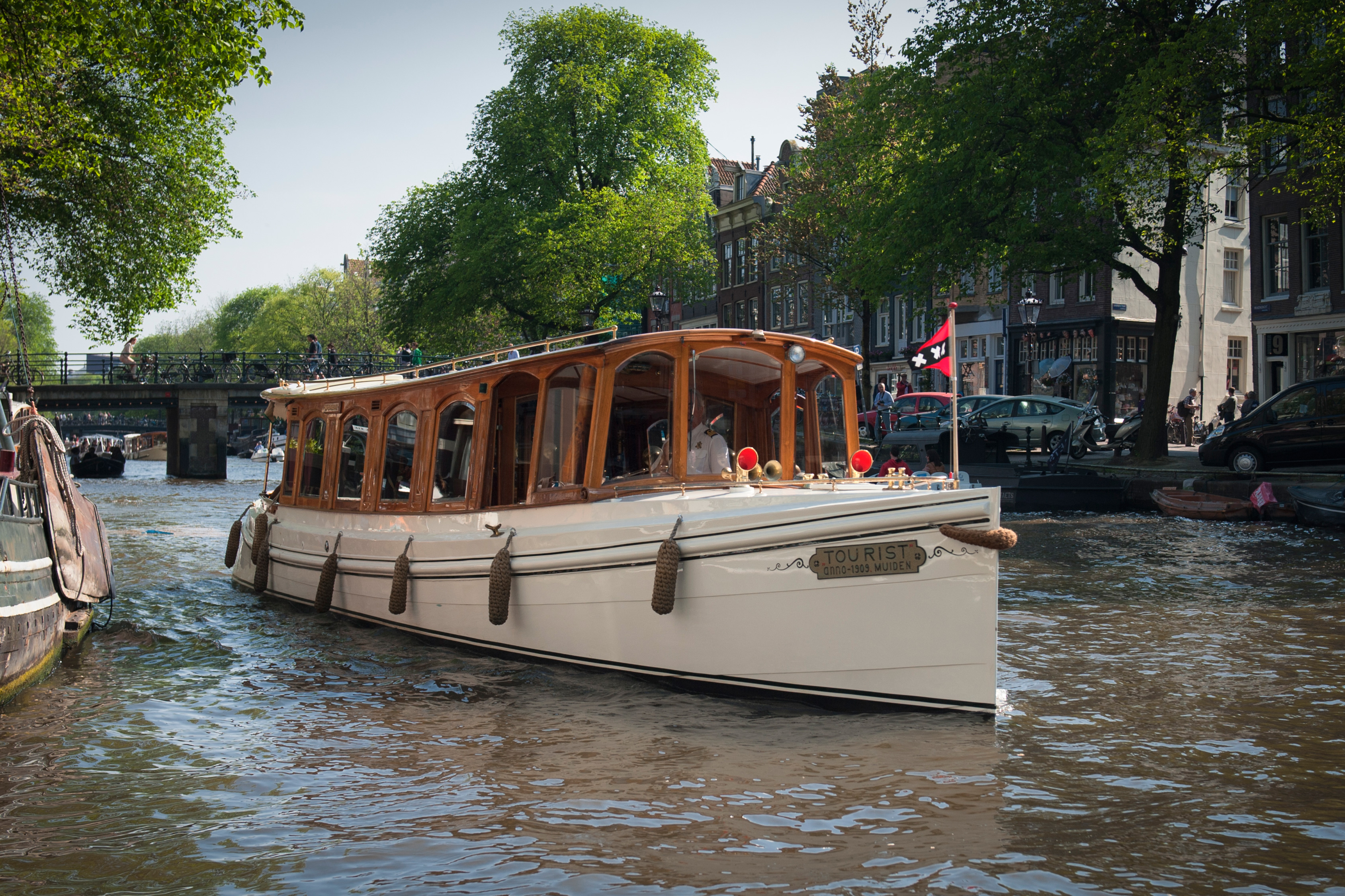 Rent 12 persons canal boat de tourist via rent a boat for Houseboat amsterdam