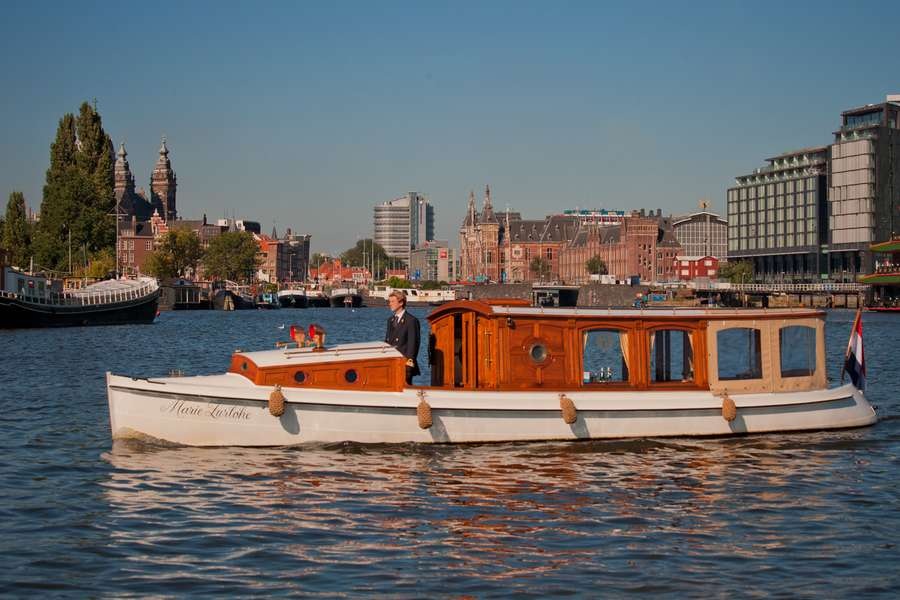 Rent 12 persons canal boat marie zurlohe via rent a boat for Houseboat amsterdam